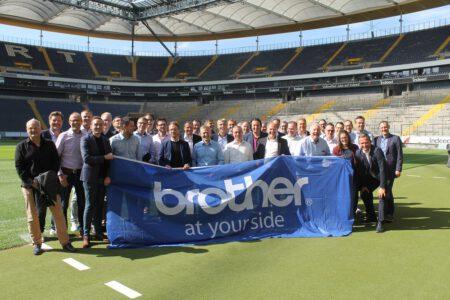 SPORT-SPEAKER-Didi-Hamann-Vortrag-Brother-Gruppenbild-im-Stadion